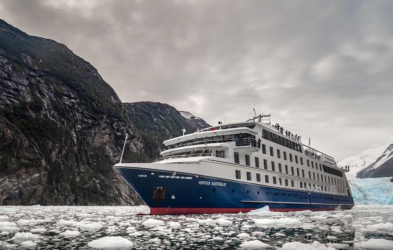 Navio Ventus Australis nas geleiras